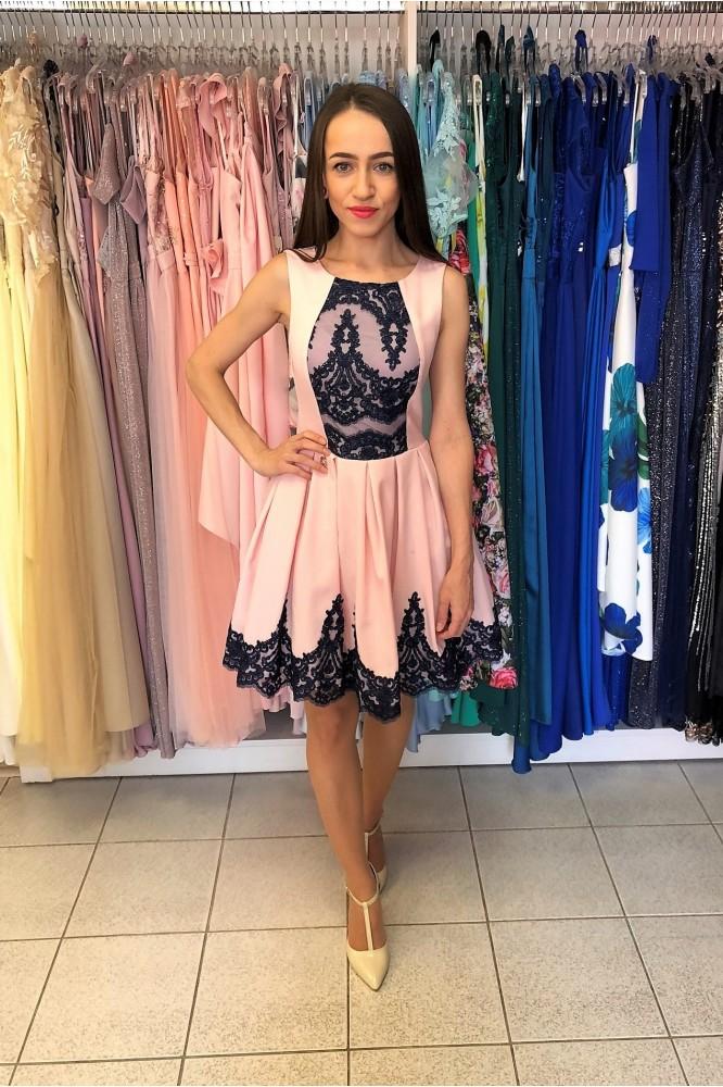 Ružové krátke áčkové šaty s modrou čipkou