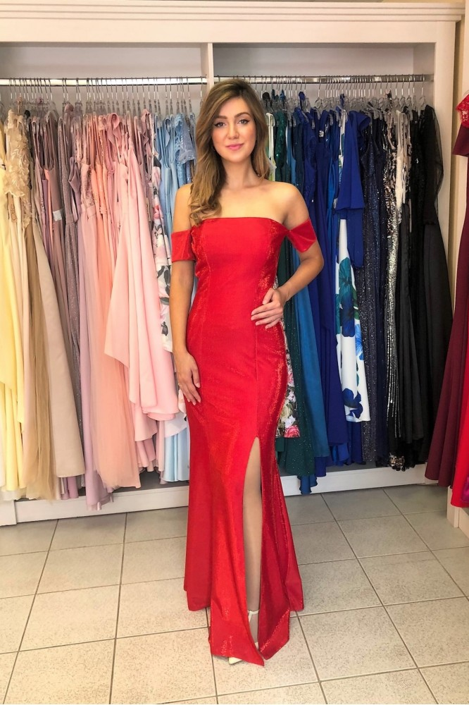 Červené lesklé obtiahnuté šaty s rozparkom