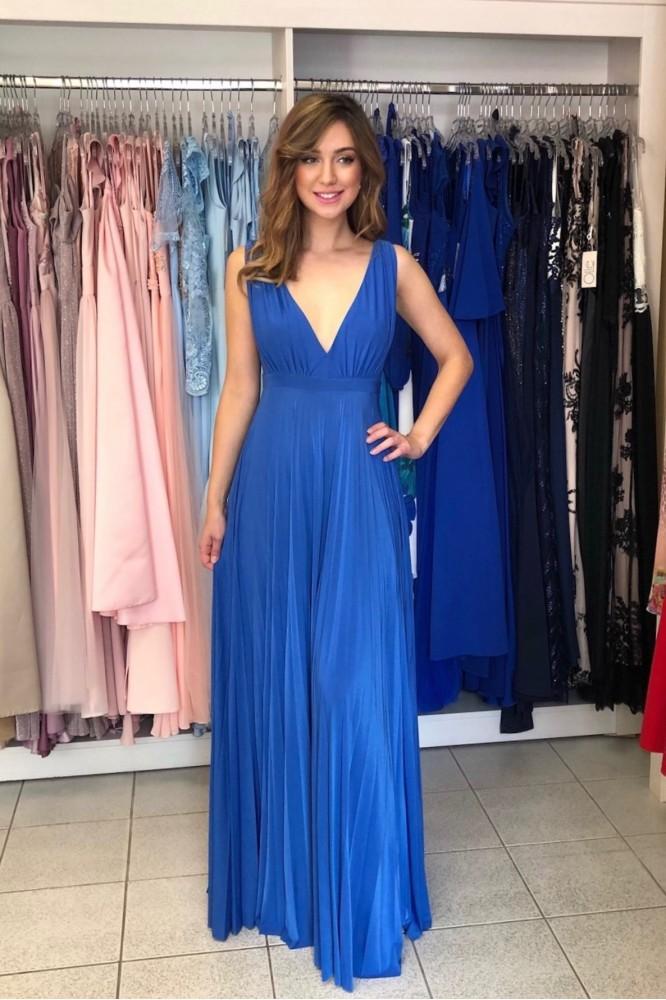 Modré dlhé šaty s hlbokým výstrihom
