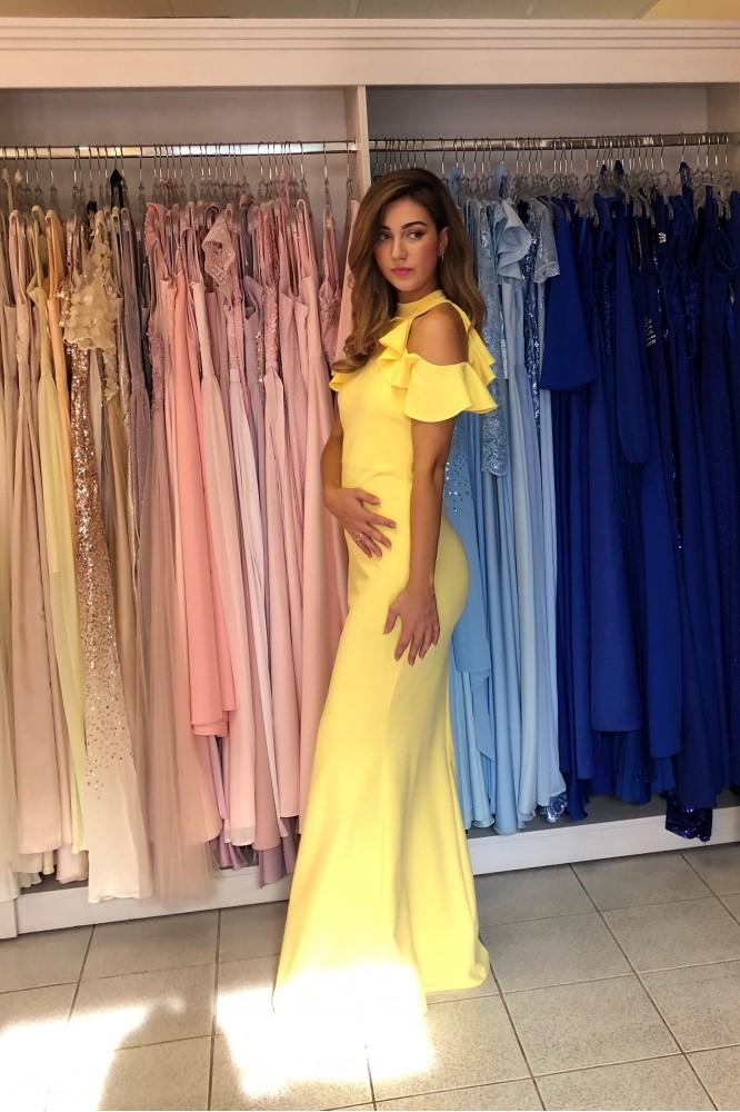 Dlhé žlté obtiahnuté šaty s padavým volánikom
