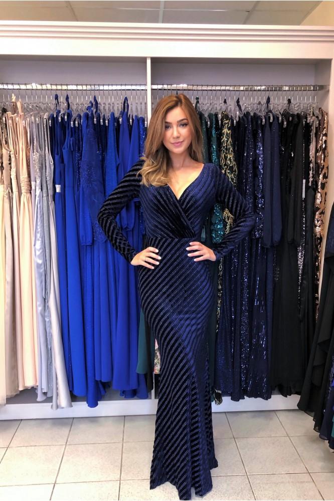 Tmavo-modré zamatové šaty s dlhým rukávom