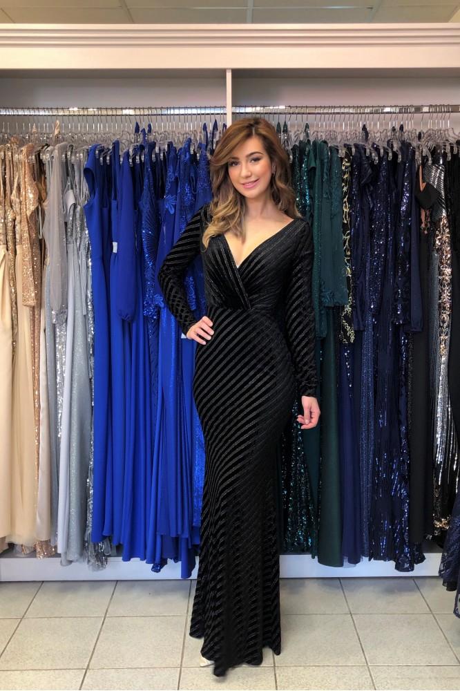 Čierne zamatové šaty s dlhým rukávom