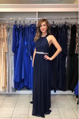 Tmavo-modré šifónové šaty s odhaleným chrbátom