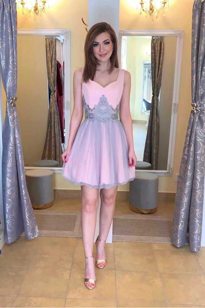 Krátke ružovo-sivé spoločenské šaty s krajkou