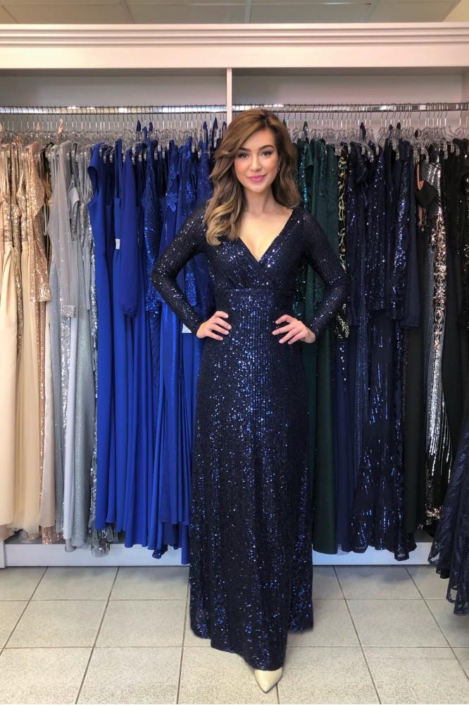 Dlhé tmavo-modré šaty s flitrami a padavou sukňou