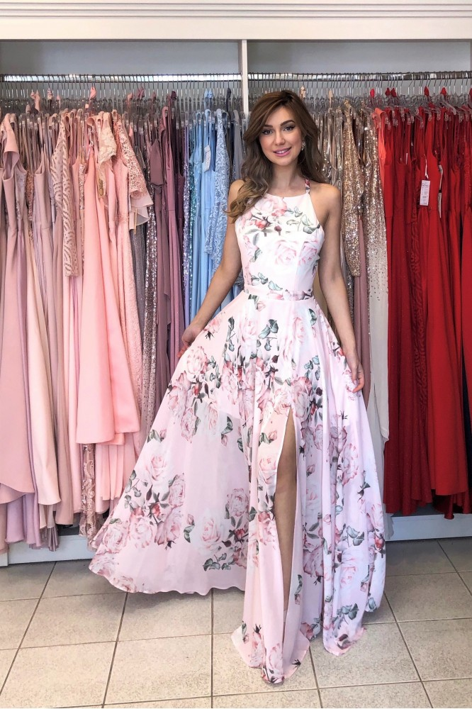 Svetlo-ružové kvetované šaty s odhaleným chrbtom