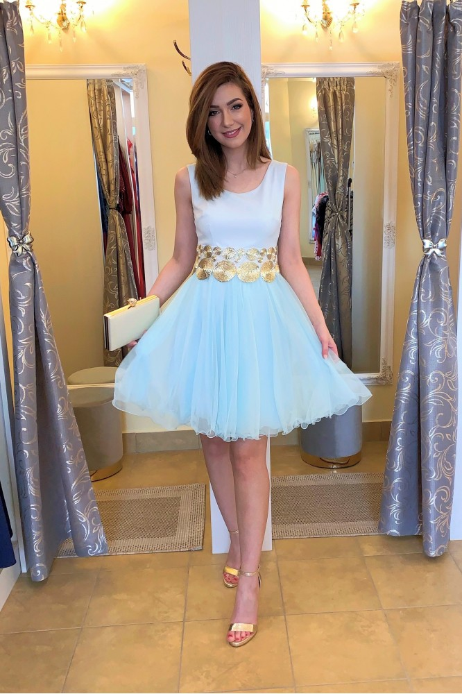 Svetlo-modré krátke spoločenské šaty s tylom