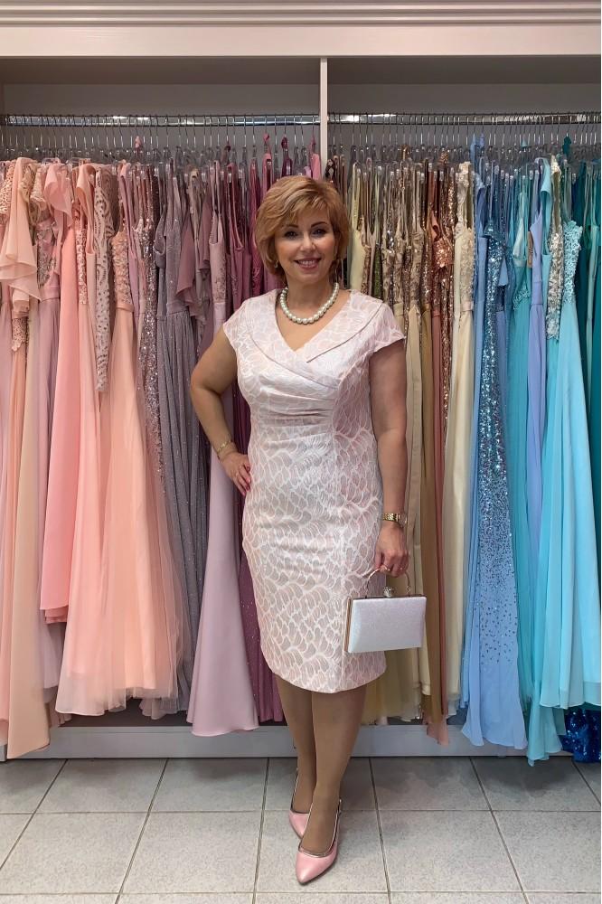 Svetlo-ružové spoločenské šaty svadobná mama