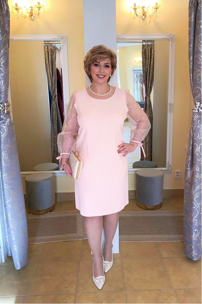 Krátke svetlo-ružové puzdrové šaty s rukávom