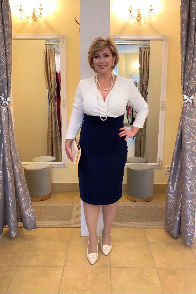 Bielo-modré puzdrové šaty s rukávom