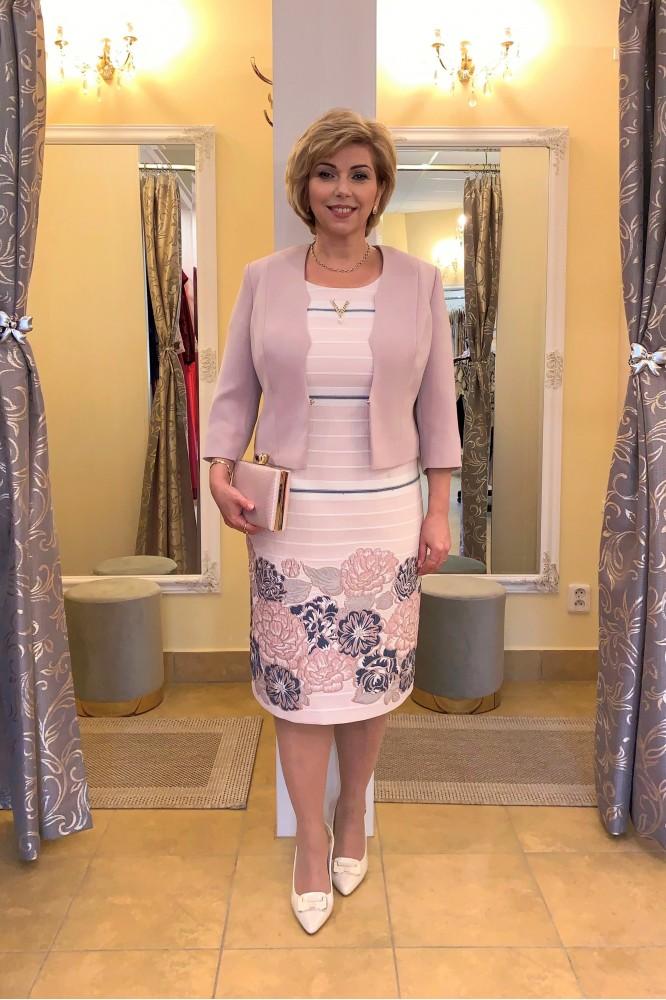 Púdrovo-ružový kostým pre svadobnú mamu