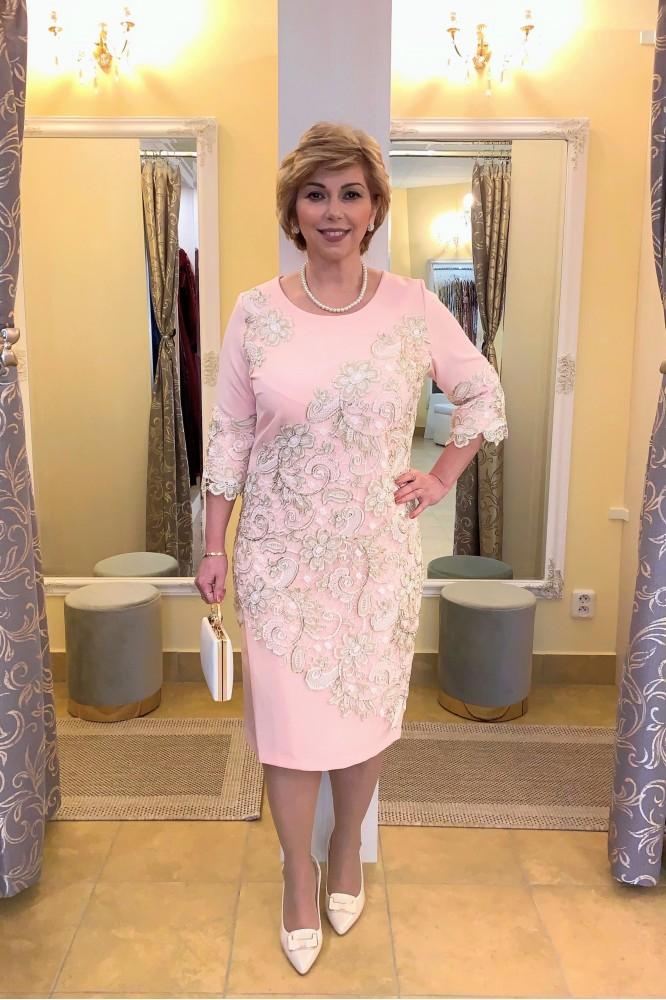 Krátke ružové spoločenské šaty so zlatou krajkou