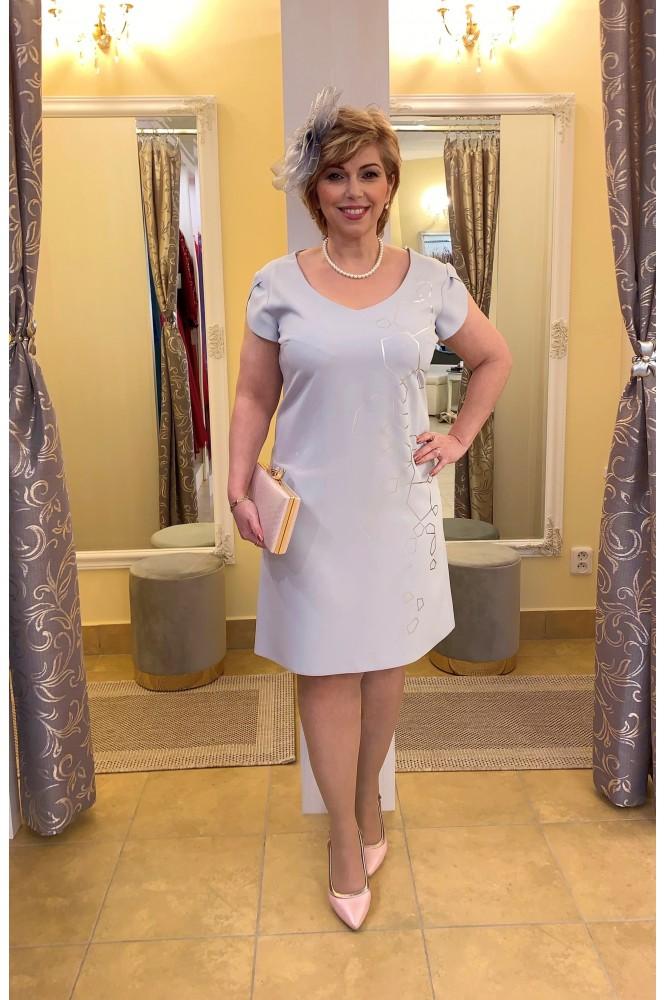 Sivé áčkové krátke šaty so vzorom